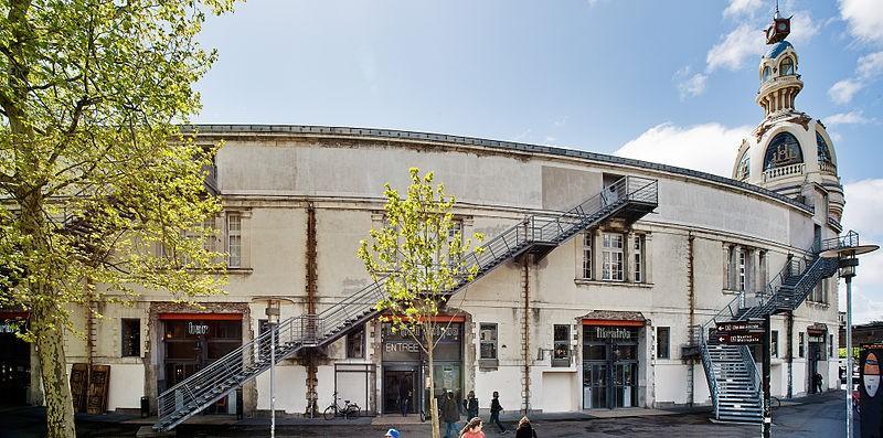 Le lieu unique, scène nationale à Nantes, 2012. Un lieu pionnier en France pour la réutilisation et la valorisation de lieux délaissés manquant de se faire détruire pour obsolescence. Ici, les bâtiments industriels de LU, anciennementLefèvre-Utile, devenus emblématiques de la ville de Nantes. En évolution depuis 1899, une partie de l'ensemble architectural original a été transformé en centre culturel avec un café, un restaurant, un espace d'expositions et de spectacles ainsi qu'une librairie et une boutique  ©  Wikicommons - Martin Argyroglo