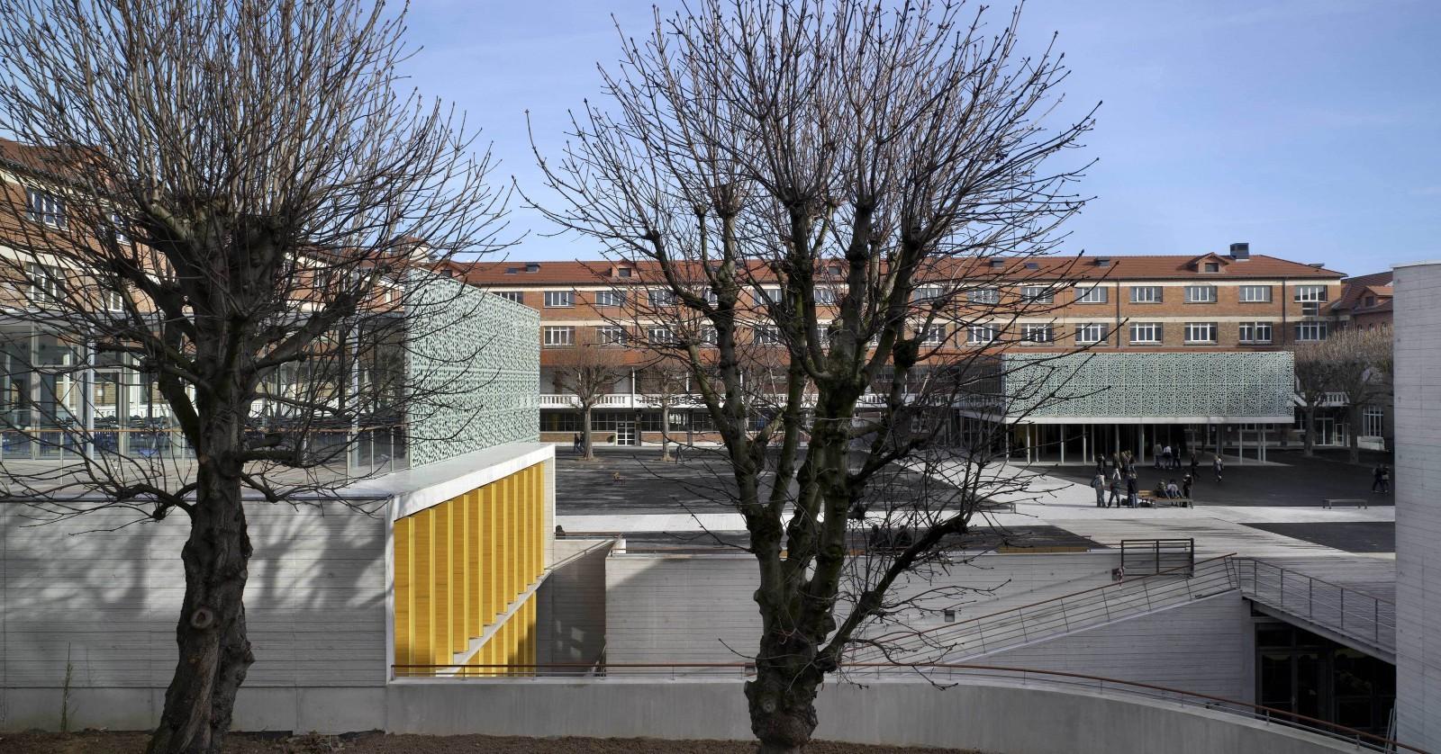 Le lycée Roosevelt à Reims : bâtiment amphithéâtre/salle d'examen, creusé dans la cour. © JM Jacquet.