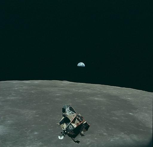21 juillet 1969, le module Apollo 11 en orbite après son décollage de la lune. À l'arrière plan, la Terre. © NASA / Apollo 11 , Source Wikicommons
