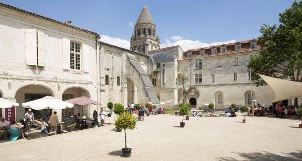 L'abbaye aux Dames de Saintes, un univers autonome ?