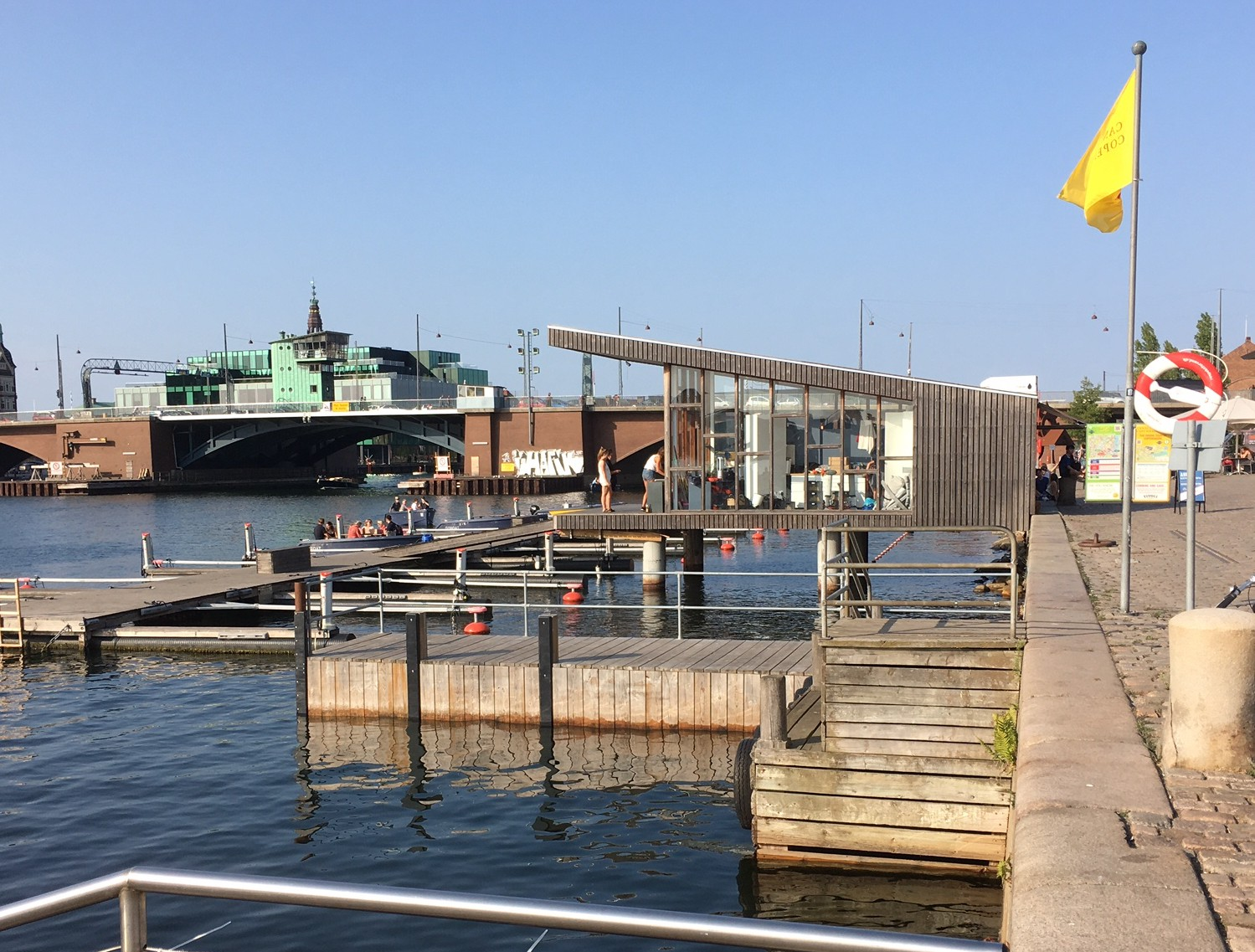 Les quais de Copenhague. Des restaurants, des activités de loisirs maritimes, des piscines en plein air... © Mireille Guignard