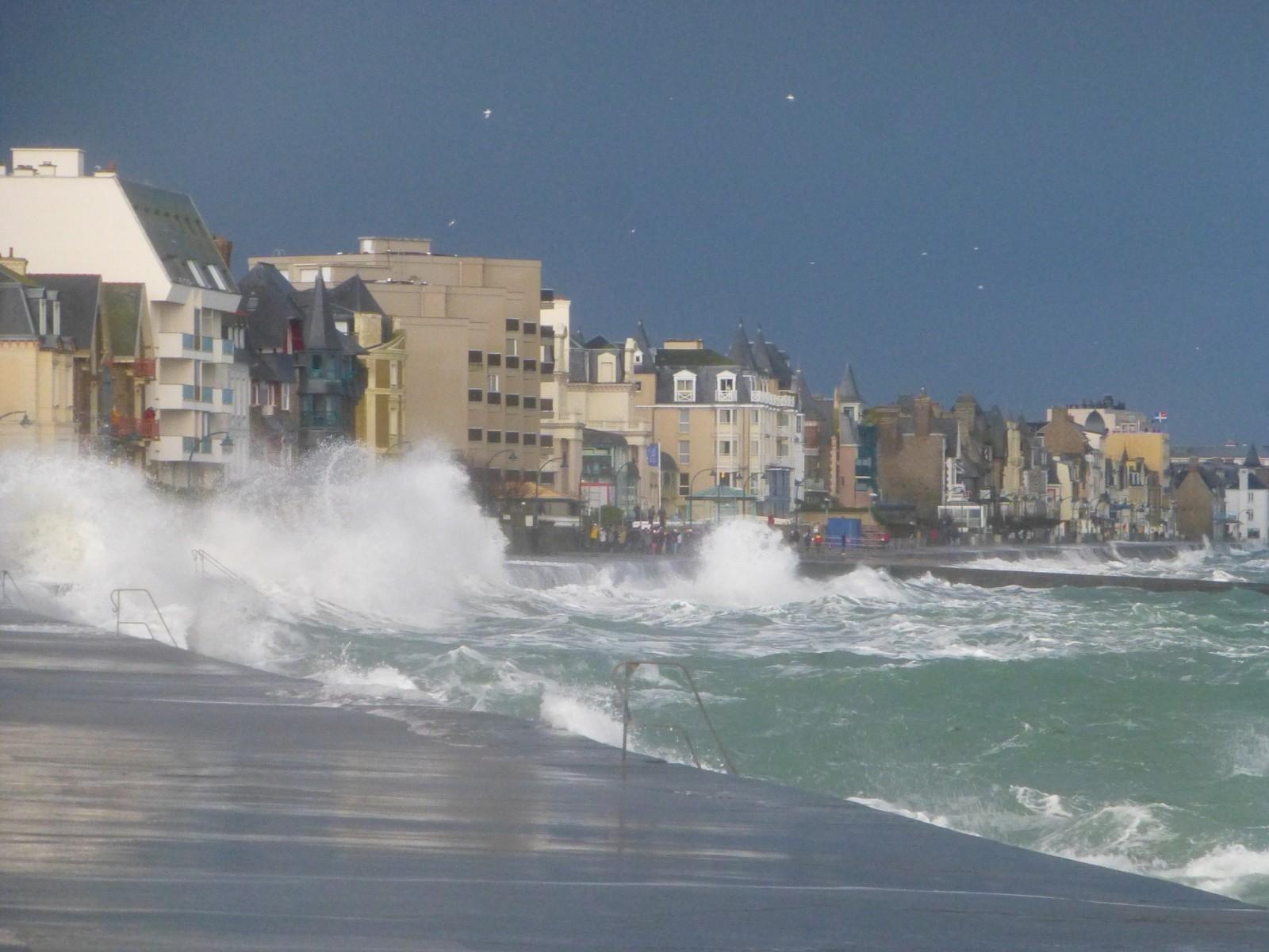Vague sur le front de mer de Saint-Malo. © Mireille Guignard.