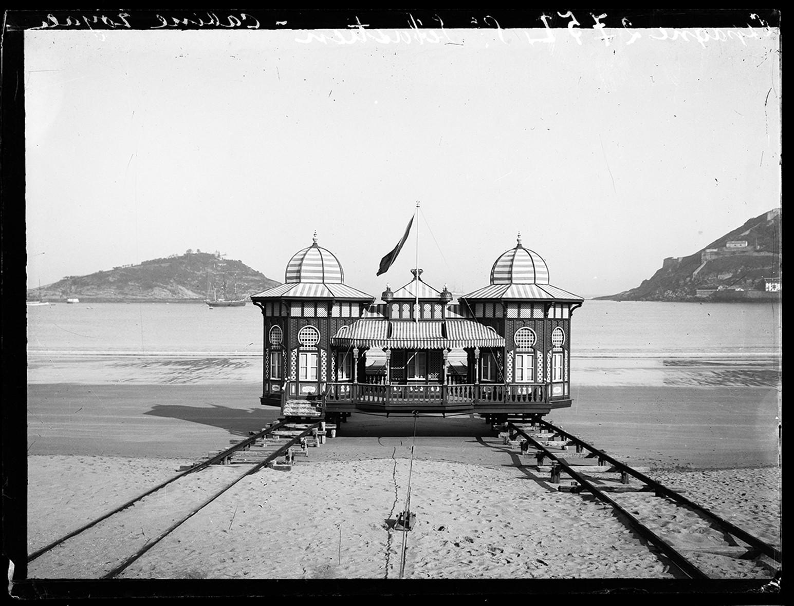 Cabine royale, plage de Saint-Sébastien en 1908. © Georges Eastman Museum