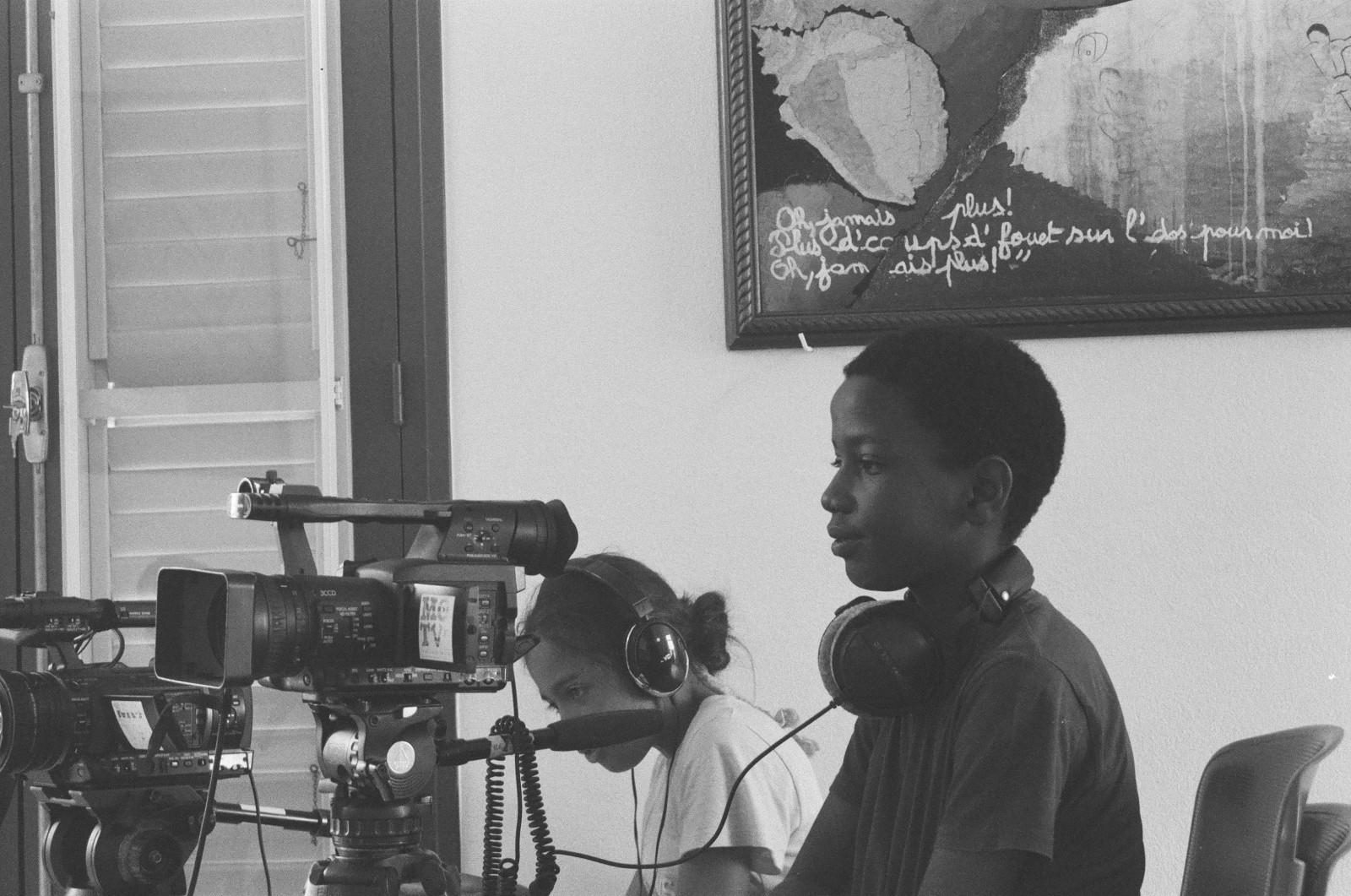 Les enfants de l'école primaire participant à la réalisation du film relatant l'histoire de la relocalisation et refondation du bourg du Prêcheur. © Grégory Gendre / Mo-Tv